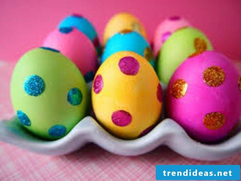 Easter eggs painted with children Glitzerkleber