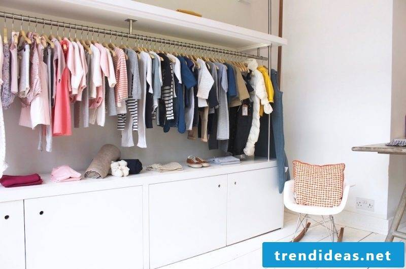 Clothes rail for the wall integrated in the cupboard