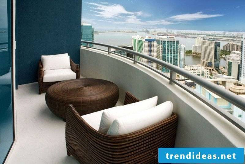 Elegant balcony covering for extravagant style