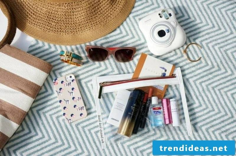 Accessories that belong to the content of a beach bag