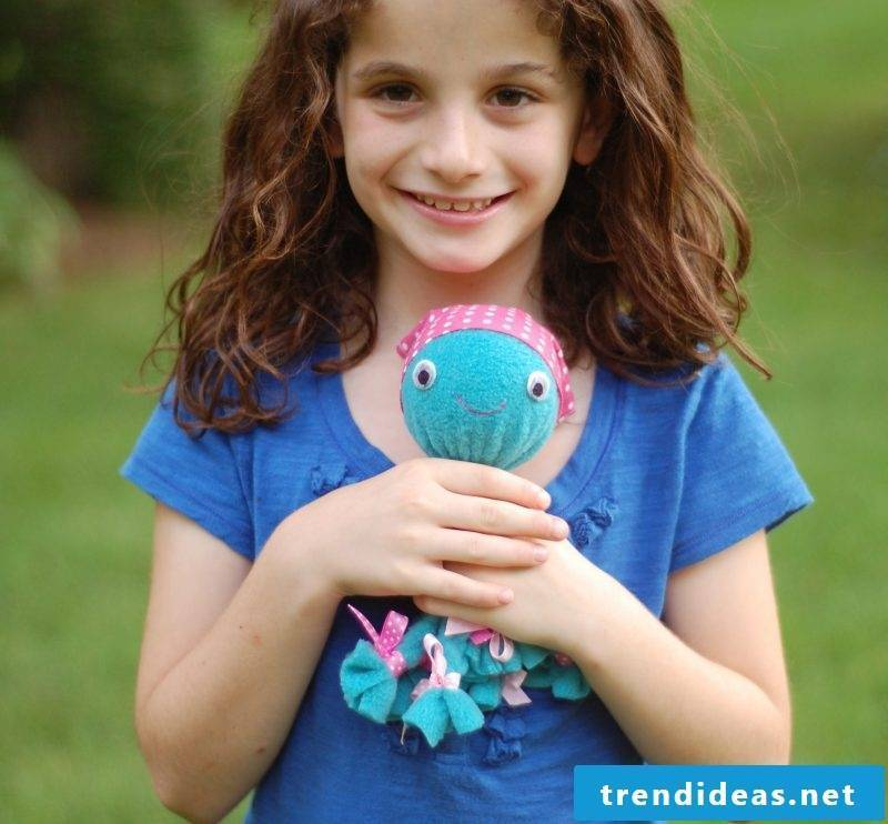 Instructions on how to make an Octopus cuddly toy without sewing yourself