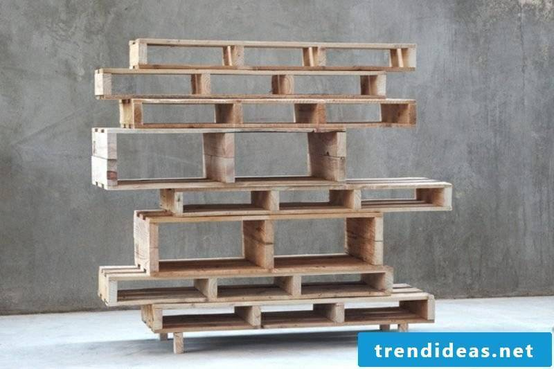 Building a pallet rack - building instructions for wall shelves made of pallets