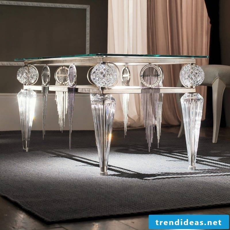 Silver table makes a noble impression.