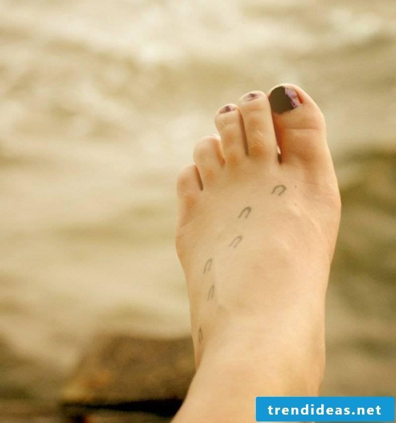 small tattoos motifs horseshoe foot