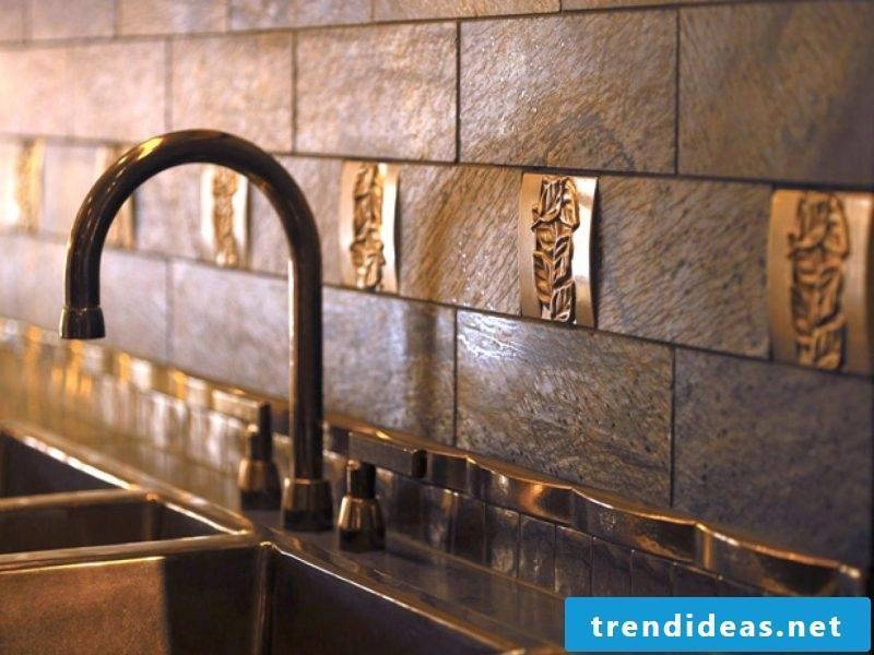 The splash guard for kitchen can have metallic ornaments