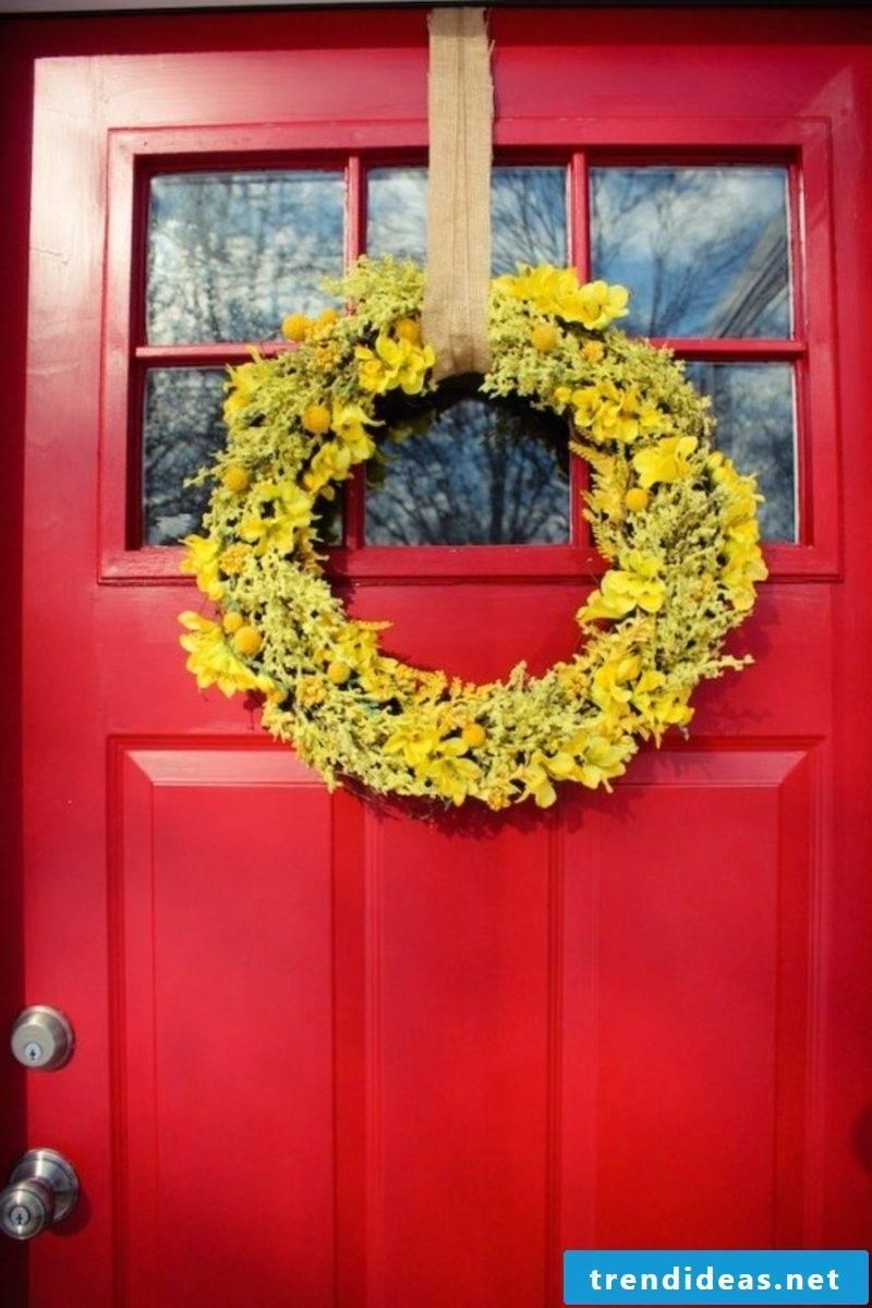 Spring tinkering yellow wreath
