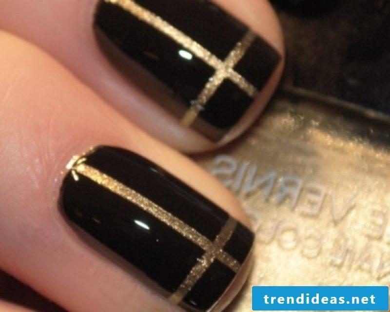 Nail art design black gold