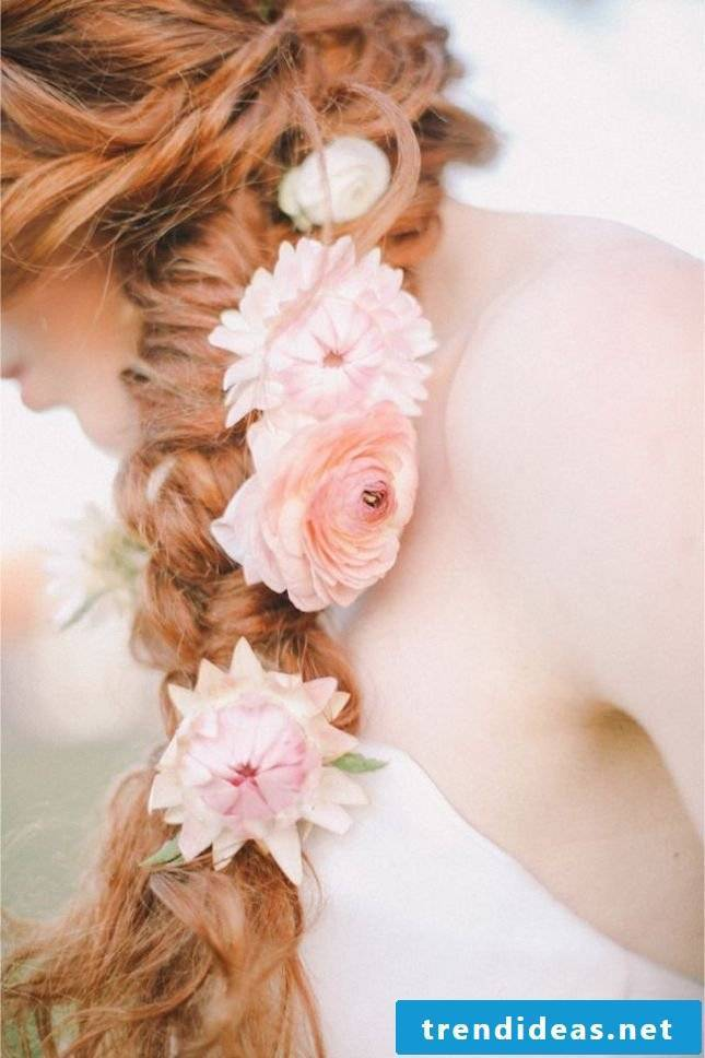 Beach hairstyles - flowers in the hair