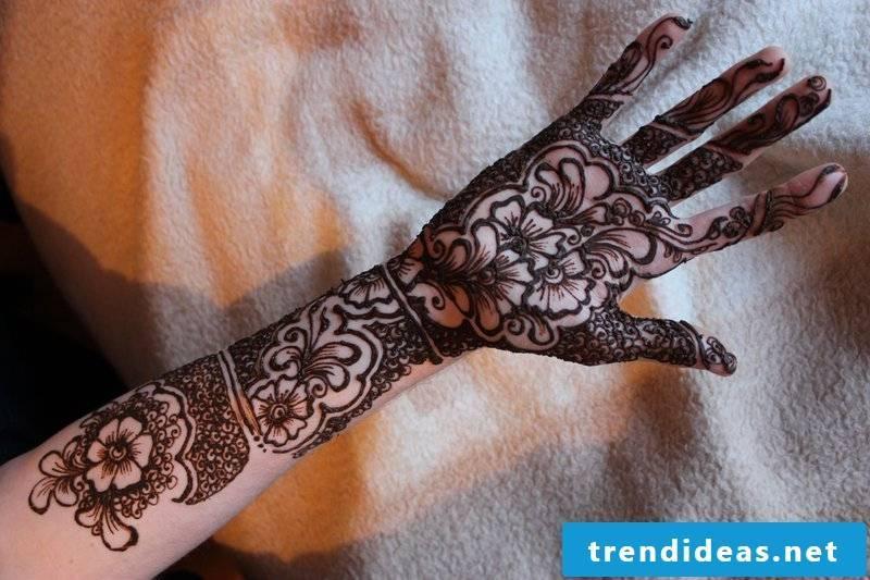 flowers tattoo ideas forearm arm black tattoos women tattoo motifs women