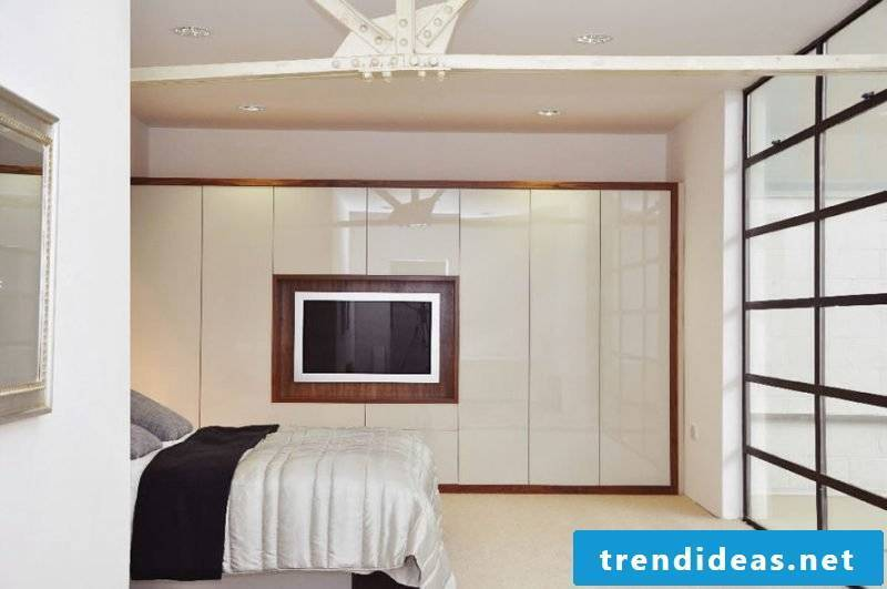Built-in wardrobe with space for the TV