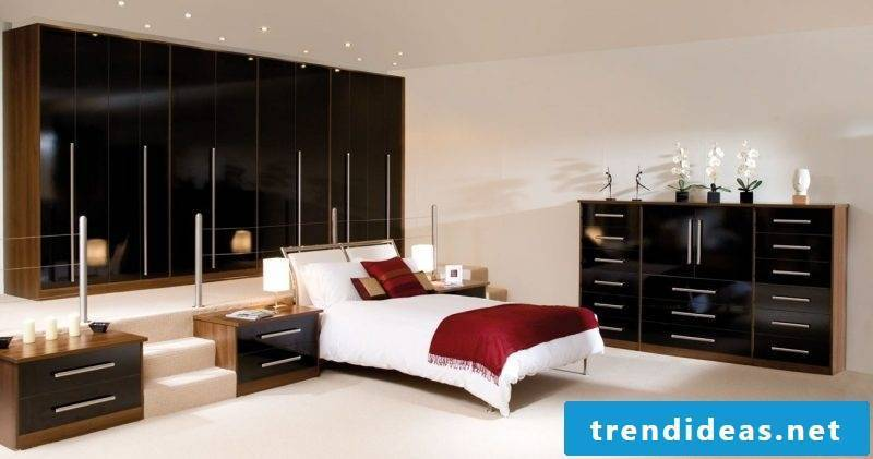 Fitted wardrobe behind the bed