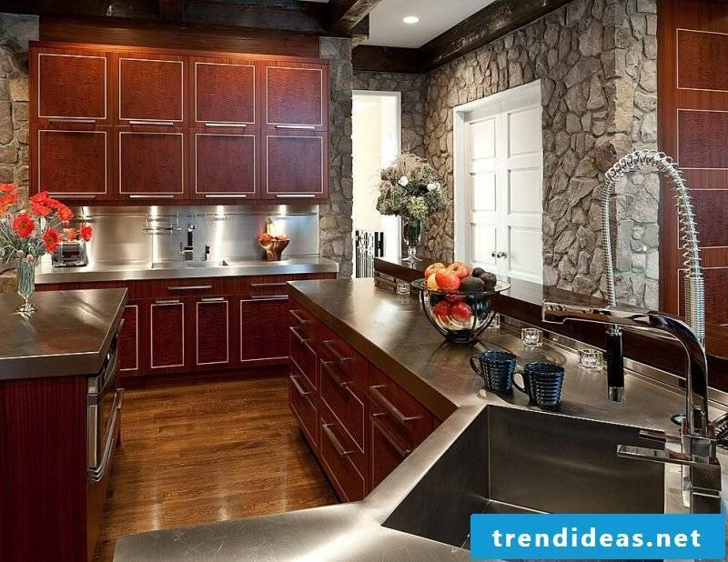 Stone-look wall panels in the wooden kitchen