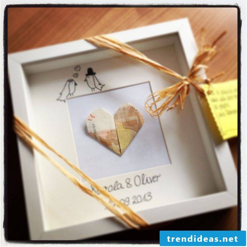 Give away money for the wedding in picture frames
