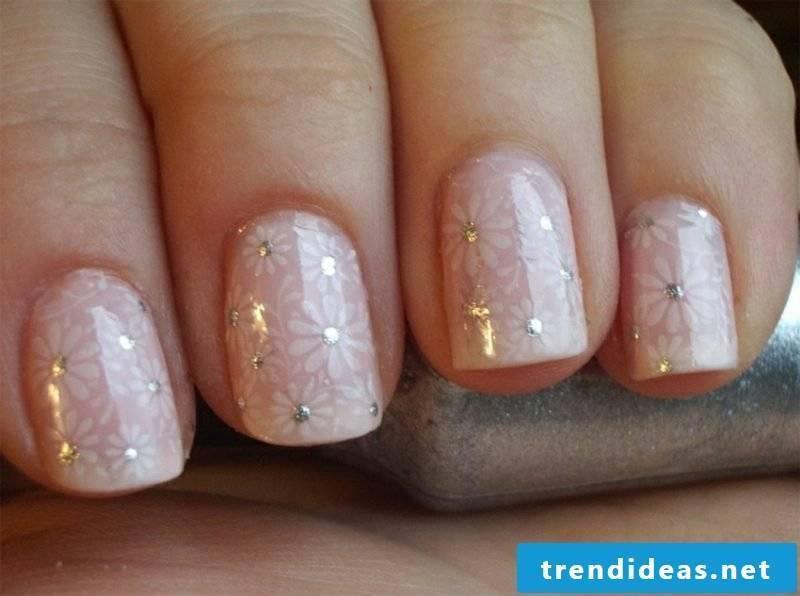 Wedding nails design discreet pink nail polish flowers