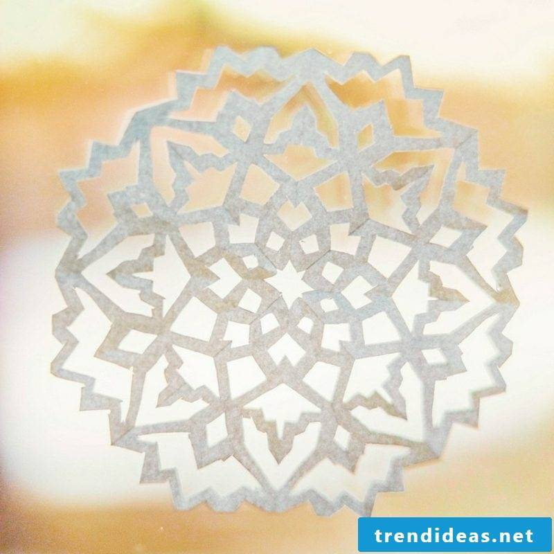 Making window pictures for Christmas Make snowflakes out of paper yourself