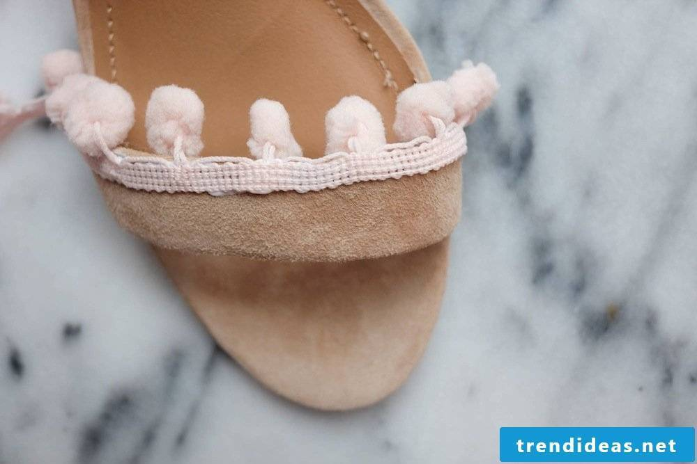 A great guide for spicing up old women's shoes with ponpoms