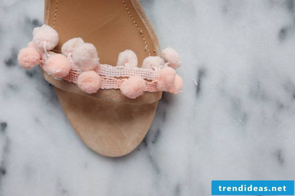 A simple guide to spicing up old women's shoes with ponpoms