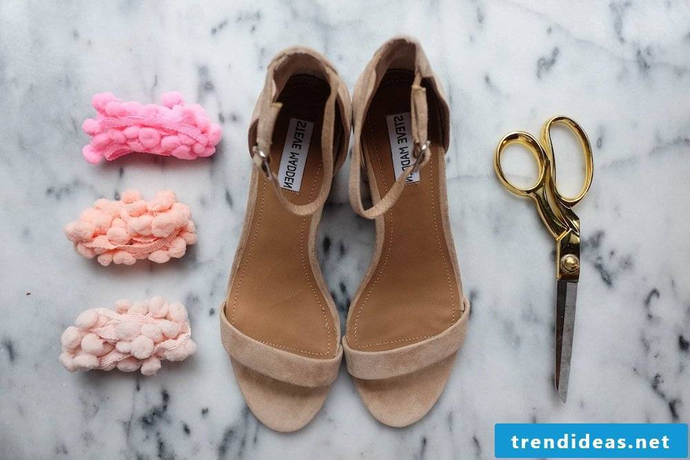 Spice up the necessary materials and the necessary equipment for our great DIY instructions for women's shoes