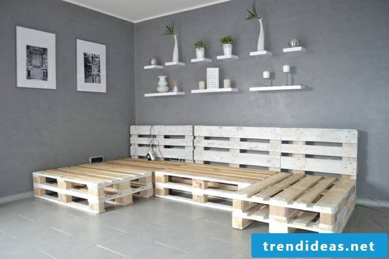 Picture instructions Building a pallet sofa